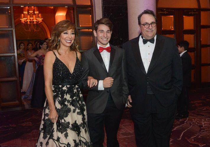 Cordelia González, Luis Alberto Marqués y José Marqués desfilan en el Prom Night de la Commonwealth-Parkville School en el hotel Condado Vanderbilt.