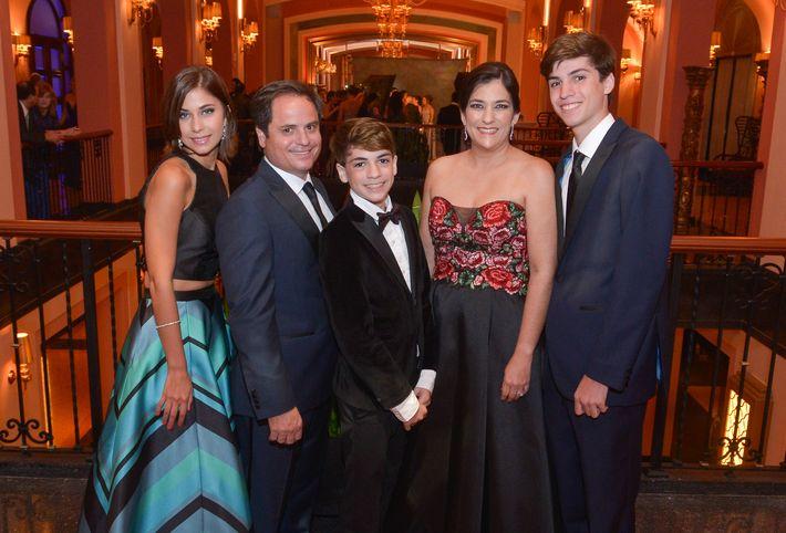 Sofía Oliver, Joseph McQueeny, John McQueeny, María Castiel y Joseph Poll, en el Prom Night de la Commonwealth-Parkville School en el hotel Condado Vanderbilt.
