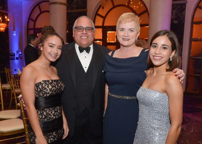 Soleil Laboy, Félix Villamil, Lourdes Villamil y Sofía Villamil, en el Prom Night de la Commonwealth-Parkville School en el hotel Condado Vanderbilt.