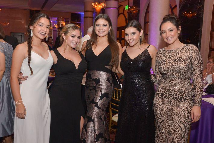 Mariana Pacheco, Katrina Urcino, Lauren Guerrero, María Flores y Micaela Pertusi, en el Prom Night de la Commonwealth-Parkville School en el hotel Condado Vanderbilt.
