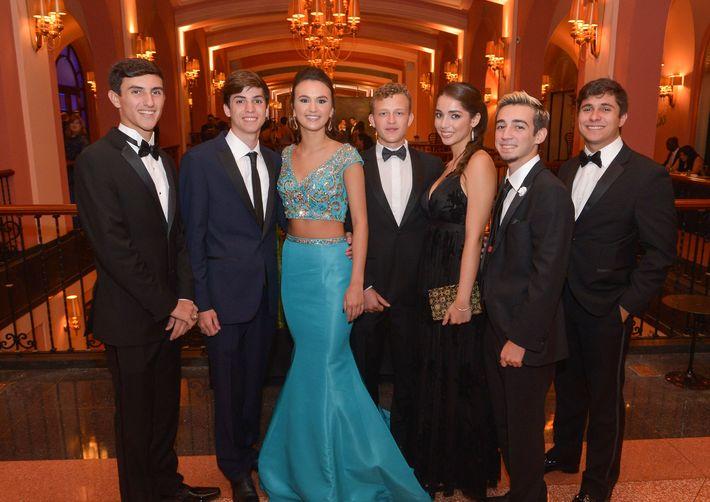 Gabriel León, Joseph McQueeny,  Ariana Rivera, Umberto Donato, Maria José Negrón, Luis Pol y Diego Castiel, en el Prom Night de la Commonwealth-Parkville School en el hotel Condado Vanderbilt.