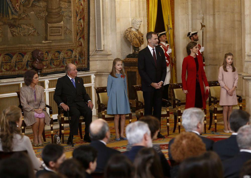 El 30 de enero de este año, el rey Felipe VI celebró u cincuenta cumpleaños con un acto en el Palacio Real donde impuso a su hija Leonor, heredera del Trono, el Toisón de Oro, máxima condecoración española, como símbolo de continuidad dinástica. (AP)