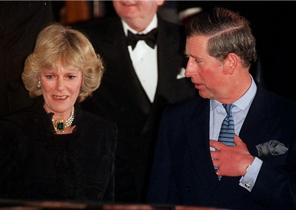 28 de enero de 1999. El príncipe Charles y su compañera Camila Parker Bowles abandonan el Hotel Ritz Carlton en Londres por primera vez como pareja, luego de una amistad de 25 años. (AP)