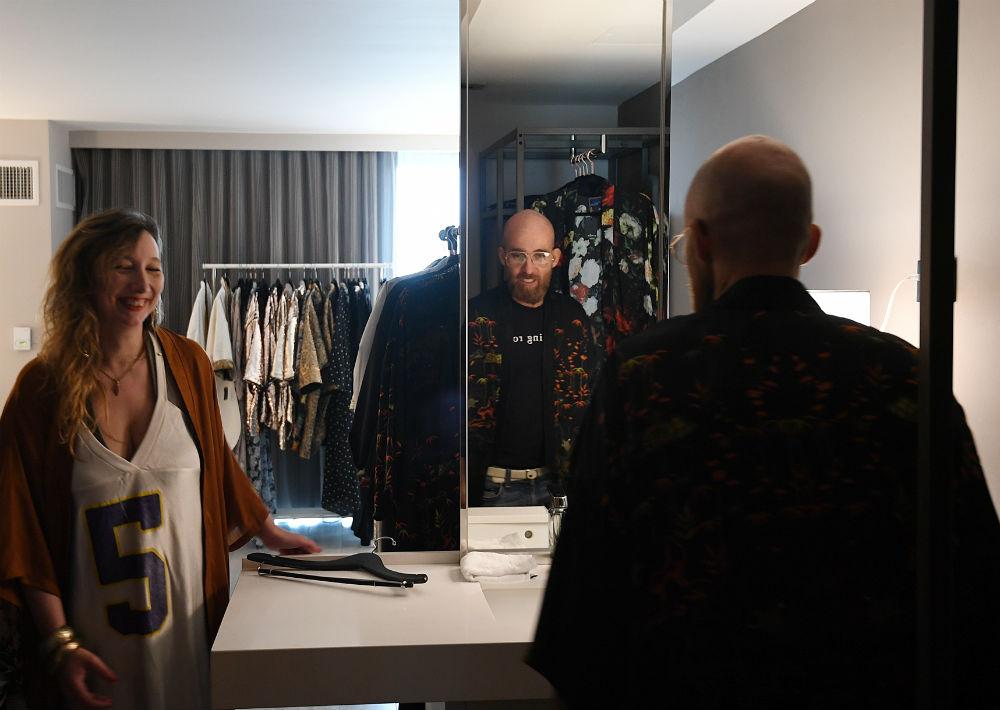Anne-Cecile Espinach, diseñadora de Kimoh, junto a un cliente que se prueba uno de los kimonos de su colección. (Foto: André Kang)