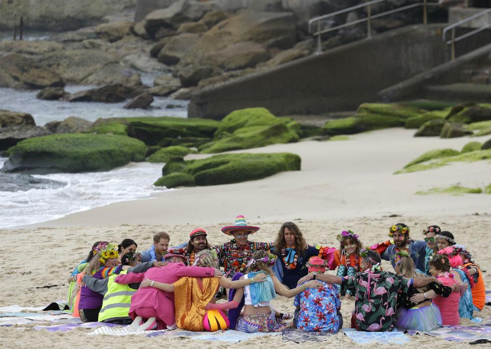 """Allí se reunieron con el grupo comunitario de """"surfing"""" conocido como One Wave. (AP Photo/Kirsty Wigglesworth))"""