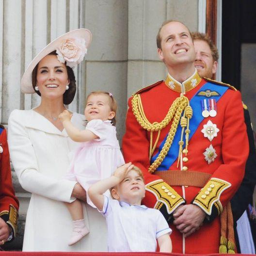 En la celebración del cumpleaños 90 de la reina Isabel II, el príncipe estaba decidido a ver el espectáculo del Royal Air Force en el cielo. (Instagram/ @kensingtonroyal)
