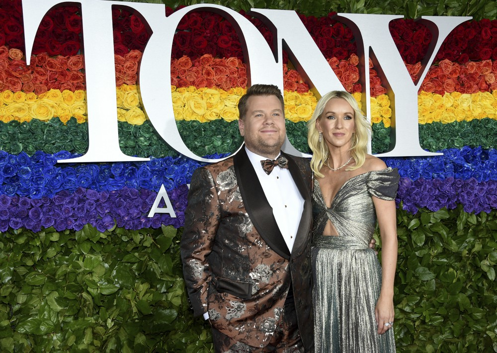 James Corden y Julia Carey. (AP)