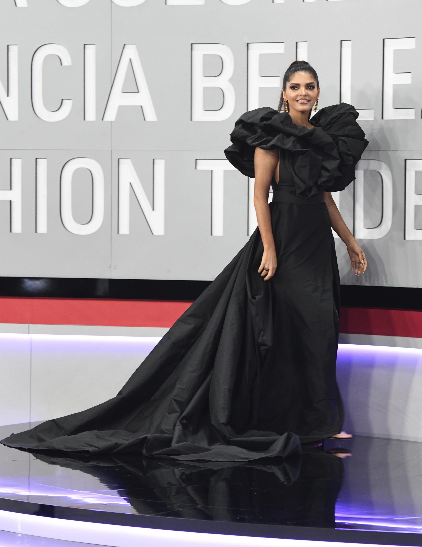 Ana Bárbara provocó una ola de comentarios en las redes sociales tras desfilar en la alfombra roja con un extravagante vestido negro. (AP)