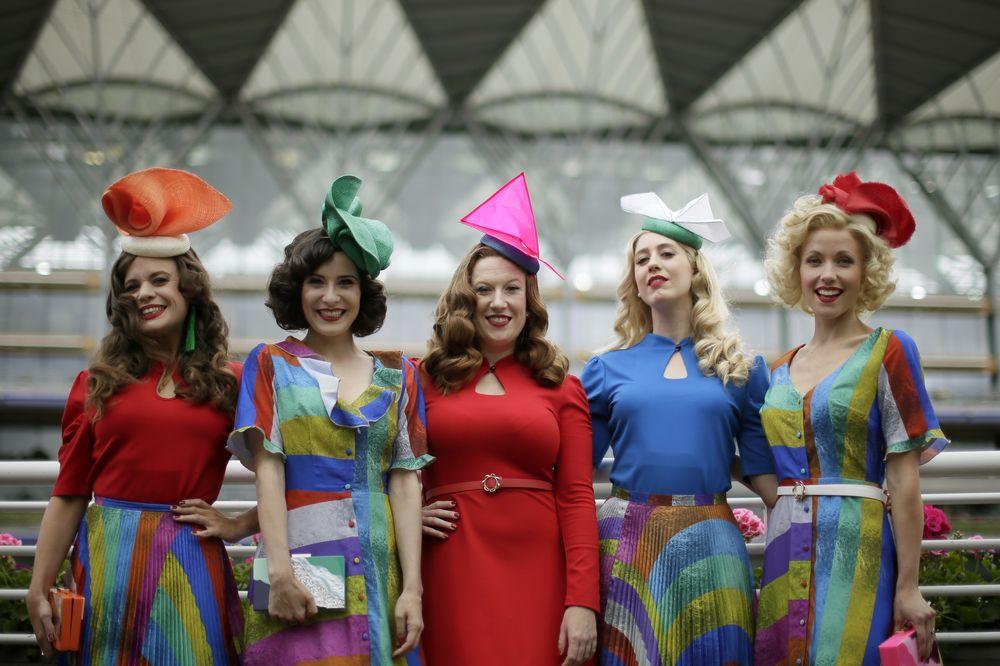 Un grupo de mujeres posan con sus sombreros de diseño asimétrico y colores brillantes. Algunos de los sombreros simulan distintas formas geométricas. (Foto: AP)