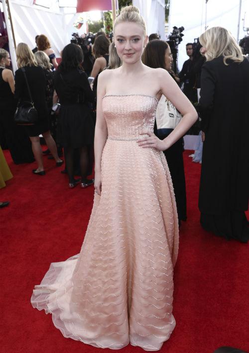 """Con un aire de princesa, Dakota Fanning dejó su huella en la alfombra roja con un vestido """"strapless"""", de Prada. (Foto: AP/Jordan Strauss)"""