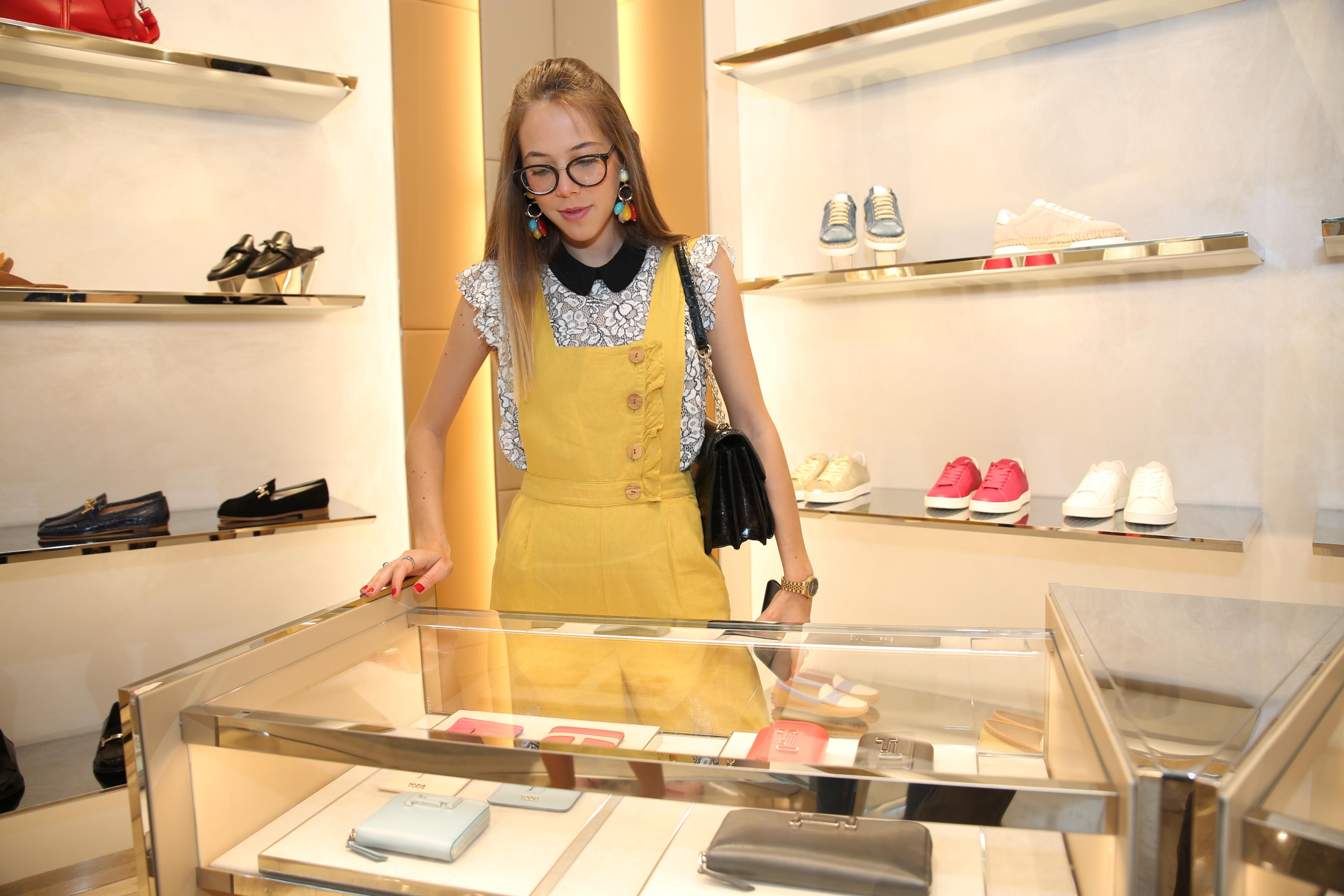 Daniela Pulido observando la colección de carteras en Tod's. (Suministrada)