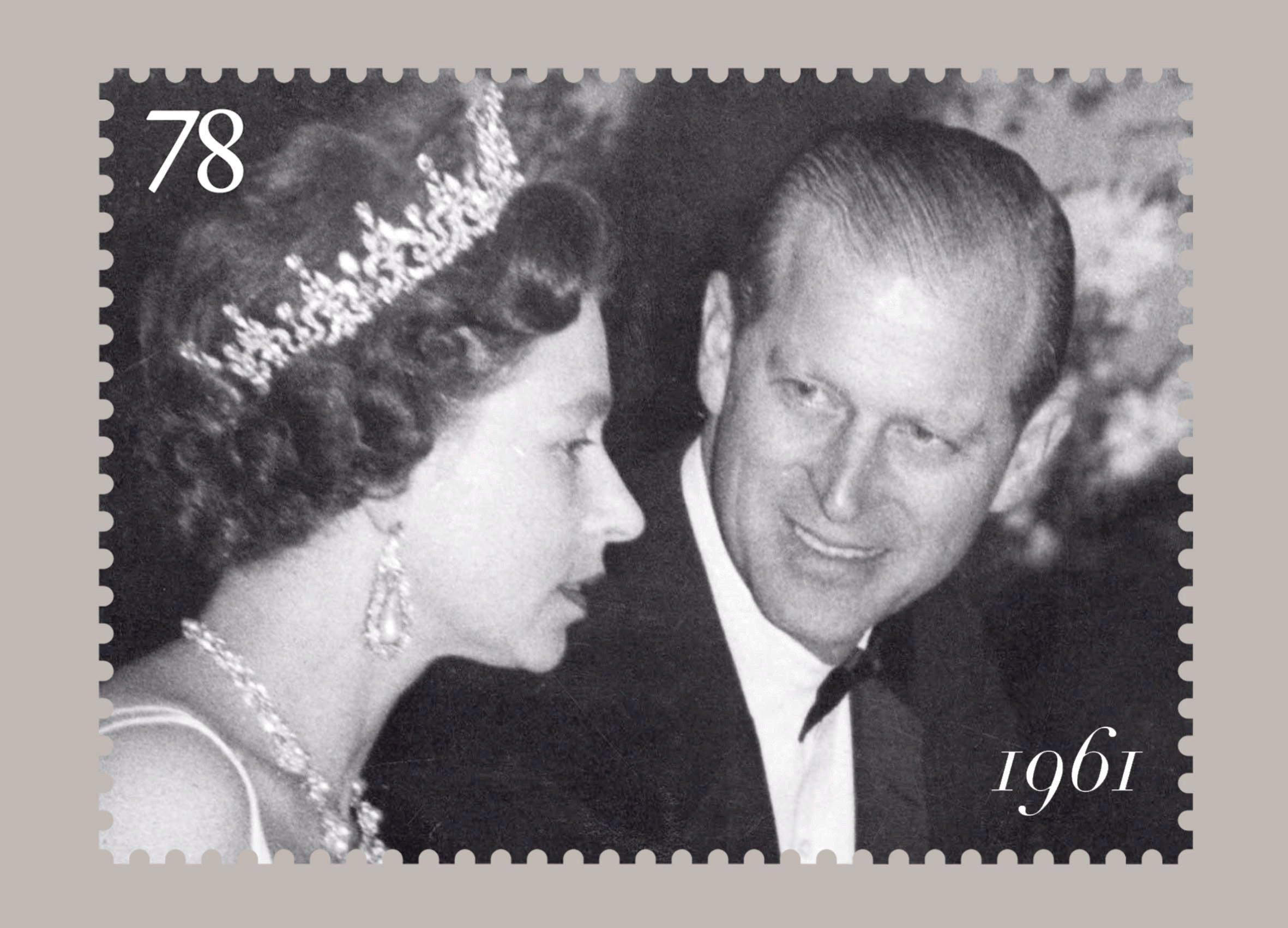 Imagen cedida en el 2007 por la oficina de correos del Reino Unido en la que se ve una de las fotografías que forman el juego de seis sellos conmemorativos del sexagésimo aniversario de la boda de la entonces princesa Elizabeth con el teniente Philip Mounbatten. (Archivo)