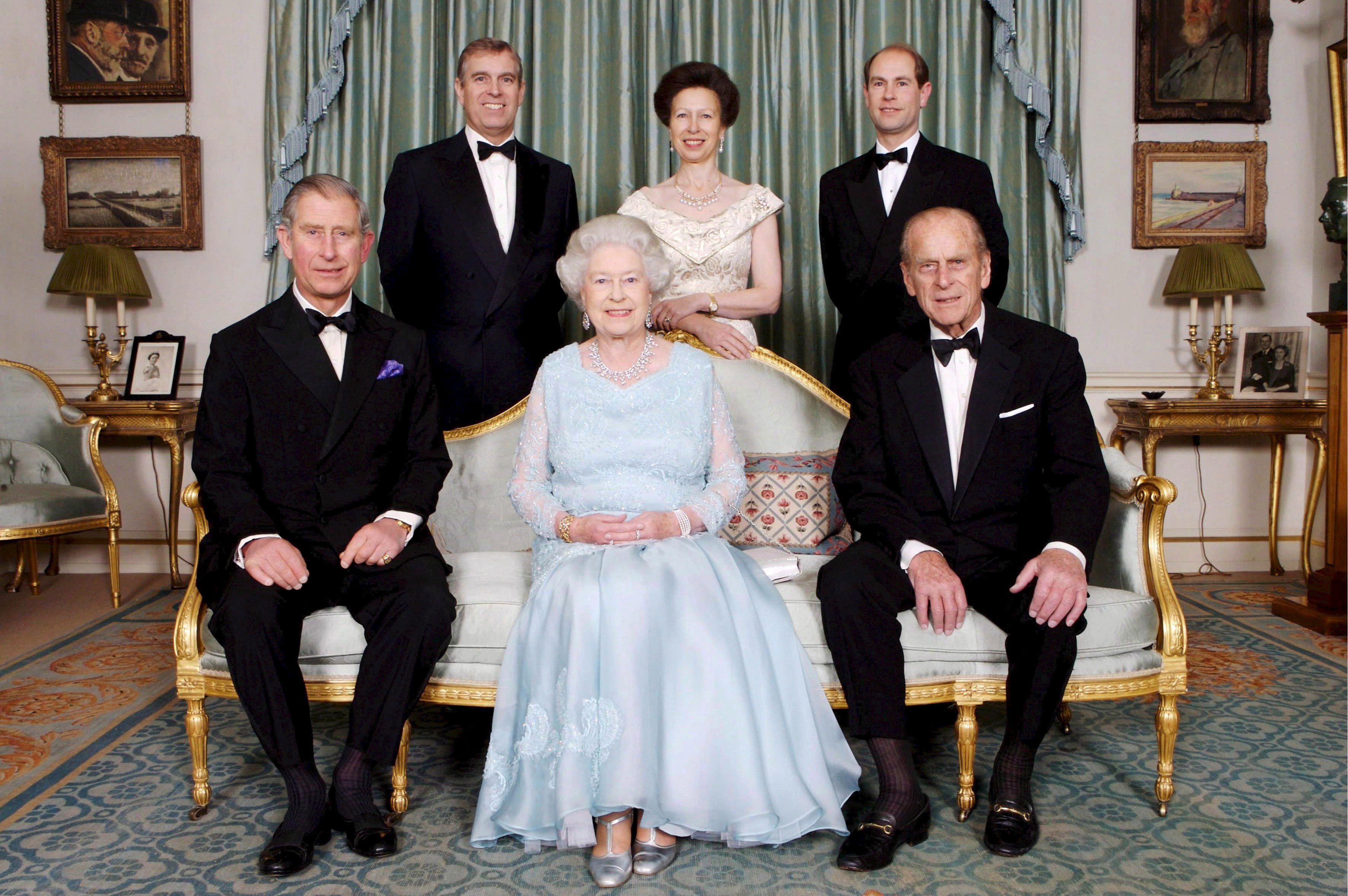 En noviembre de 2007 Elizabeth II y Philip posaron con sus hijos, los príncipes Charles, Andrew y Edward y la princesa Annne con motivo de las celebraciones por las bodas de diamante de la reina y el duque de Edimburgo. (Archivo)