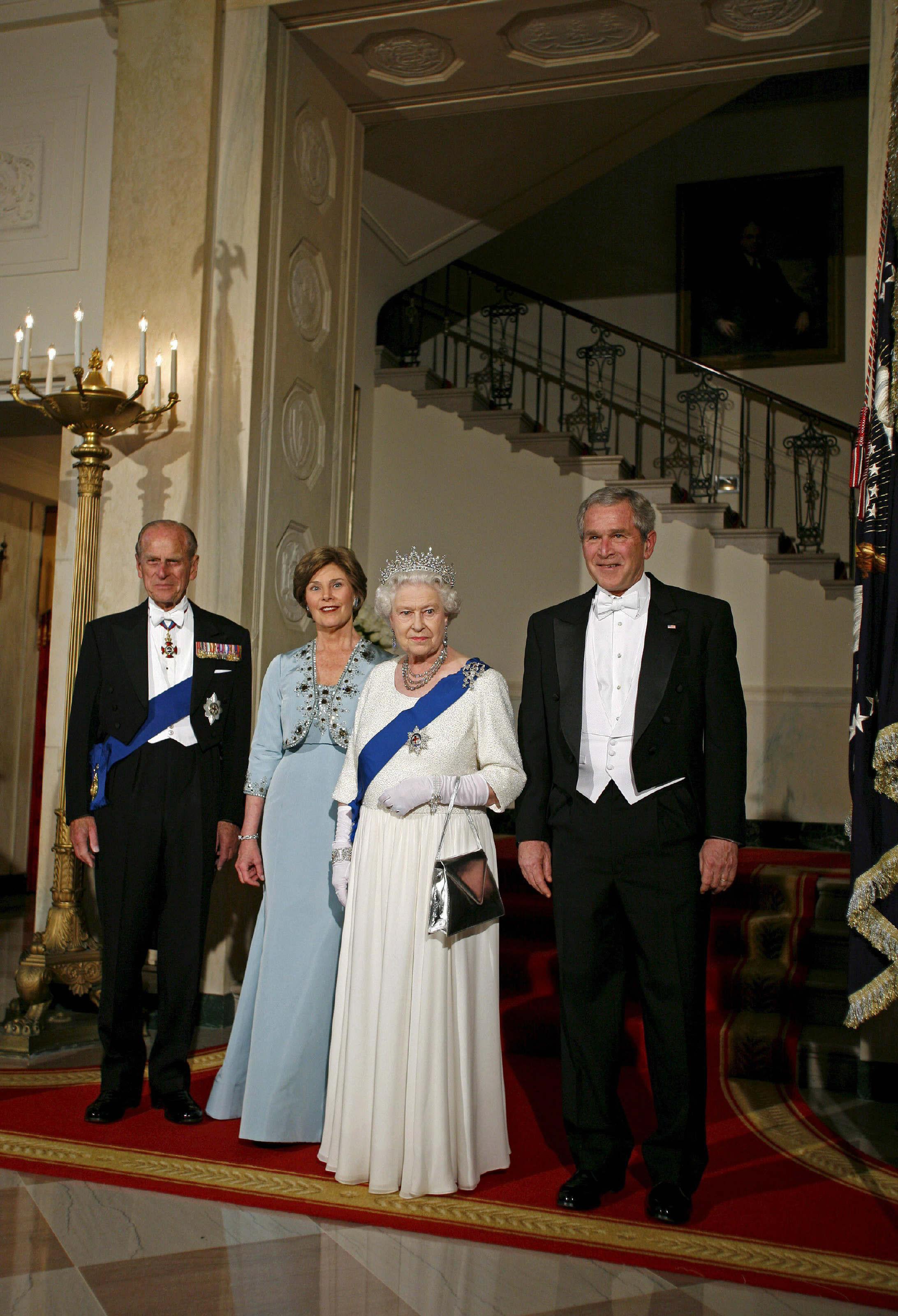 En el 2007, la reina Elizabeth II visitó Estados Unidos. La foto recoge el momento en el que saludaba al presidente, George W. Bush, y a la primera dama, Laura Bush al llegar a una cena de estado en la Casa Blanca en Washington. (Archivo)
