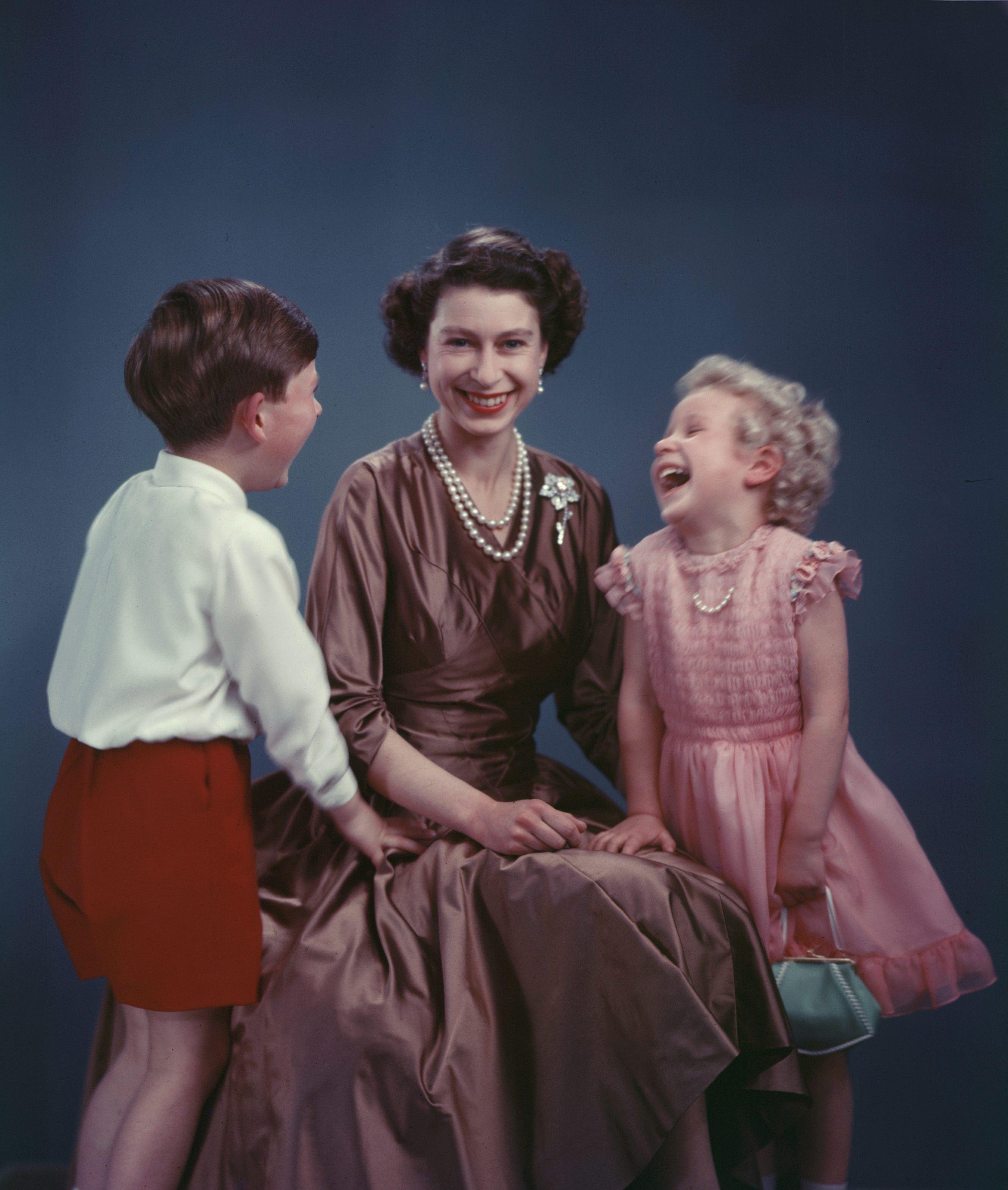 """Retrato de la reina Elizabeth II junto a sus hijos los príncipes Charles y Anne tomado en noviembre de 1954 Esta imagen formó parte de un libro y una exposición titulada """"Marcus Adams: Fotógrafo real"""" que se mostró en The Queen's Gallery de Edimburgo entre febrero y junio de 2011. (Archivo)"""