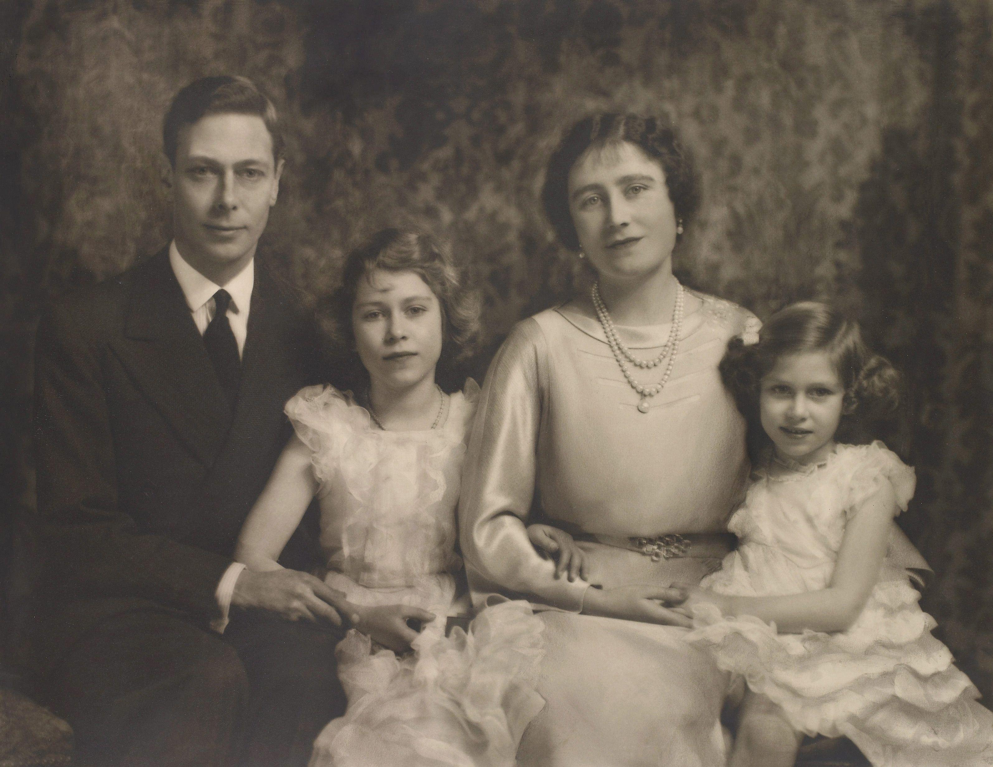"""Retrato del rey GeorgeVI y la reina Elizabeth acompañados de sus hijas las princesas Elizabeth II y Margaret tomado en diciembre de 1936 y facilitado por la Royal Collection de Londres como parte de la exposición titulada """"Marcus Adams: Fotógrafo real"""". (Archivo)"""
