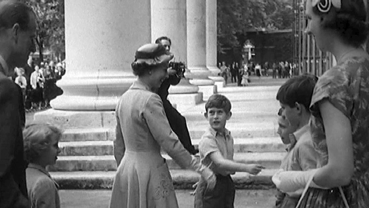 En verano de 1957, durante una visita realizada por la reina a los maestros y compañeros de clase del príncipe Charles en Hill House, Londres, Reino Unido. (Archivo)