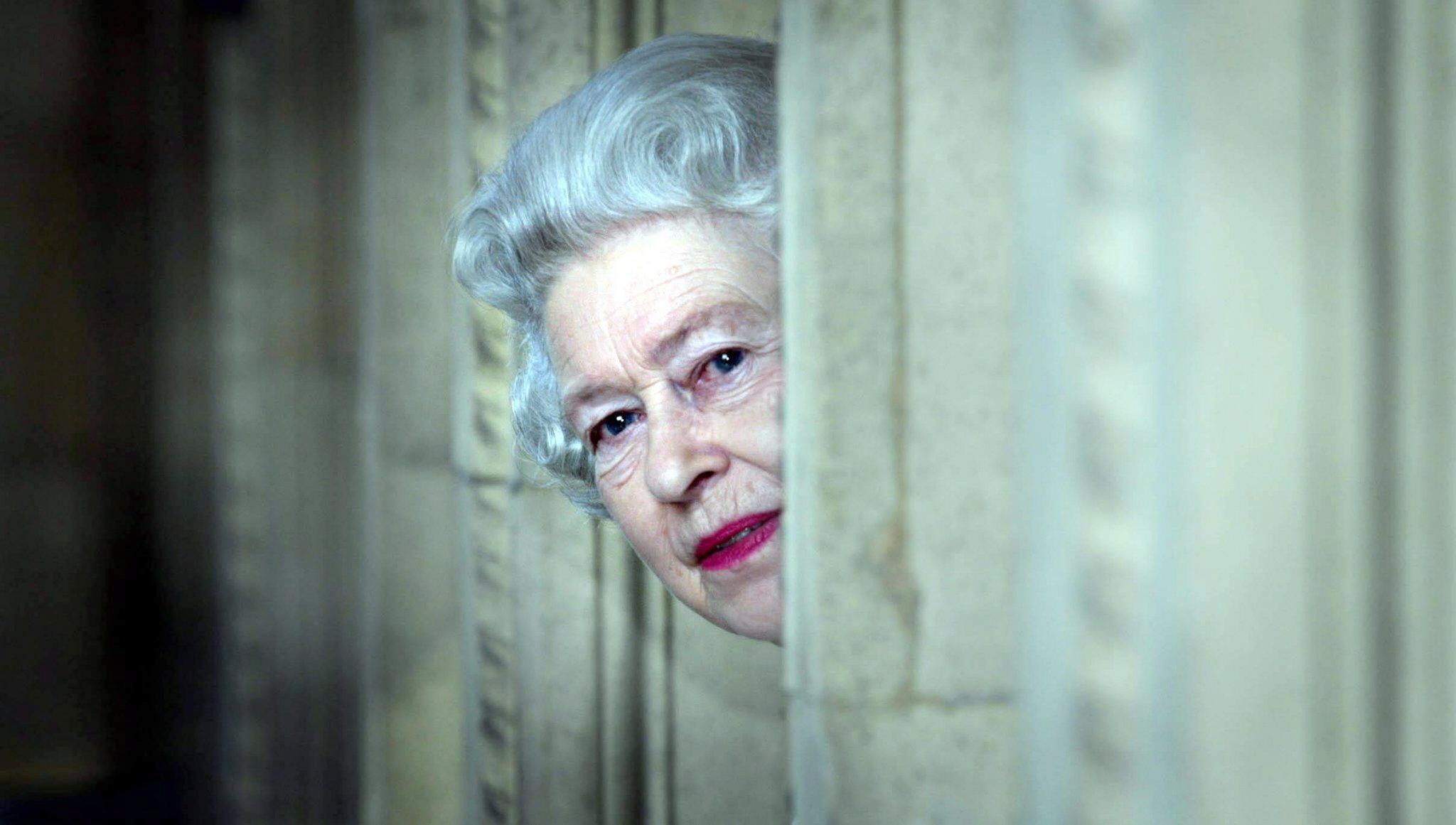 En marzo de 2005, la reina se asoma tras una esquina durante una visita al Royal Albert Hall en Londres para celebrar el fin del programa de restauración del edificio que duró ocho años. (Archivo)