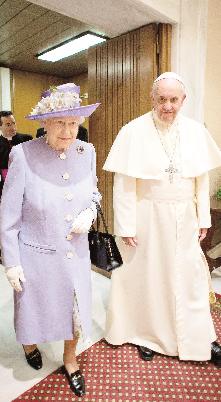 La fotografía facilitada por el Obsservatore Romano que muestra al Papa Francisco, cabeza de la Iglesia Católica conversando con la reina Elizabeth II, gobernadora suprema de la Iglesia de Inglaterra durante su encuentro en su estudio de Ciudad del Vaticano, en abril de 2014.  (Archivo)