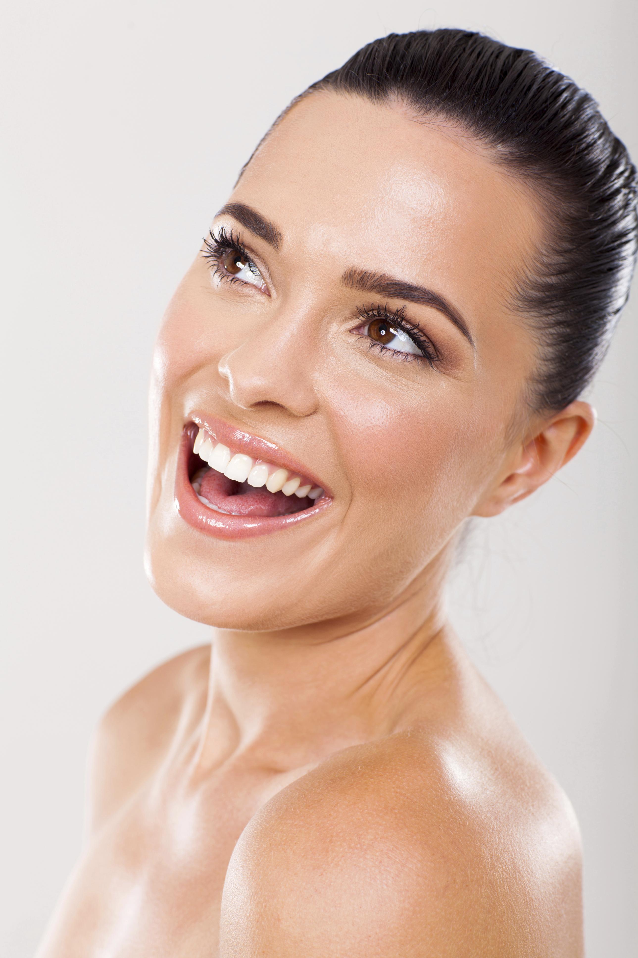 No descuides tu rutina de limpieza y cuidado facial, sugiere Vázquez. Esto ayudará a que le maquillaje luzca mejor. Cada noche procura retirar bien las impurezas de la piel, aplicar un tónico y un humectante. (Archivo)