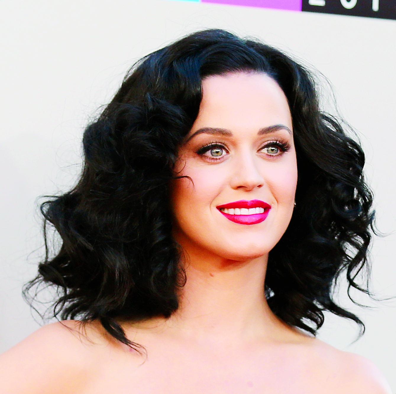 """Desde que comenzó su carrera, el color negro ha sido constante en su """"look"""", tanto con su cabello largo, como en estilos cortos. En la foto, durante su llegada a los American Music Awards, en el 2013, lució el pelo corto, un estilo que también lleva muy bien. (Matt Sayles/Invision/AP)"""