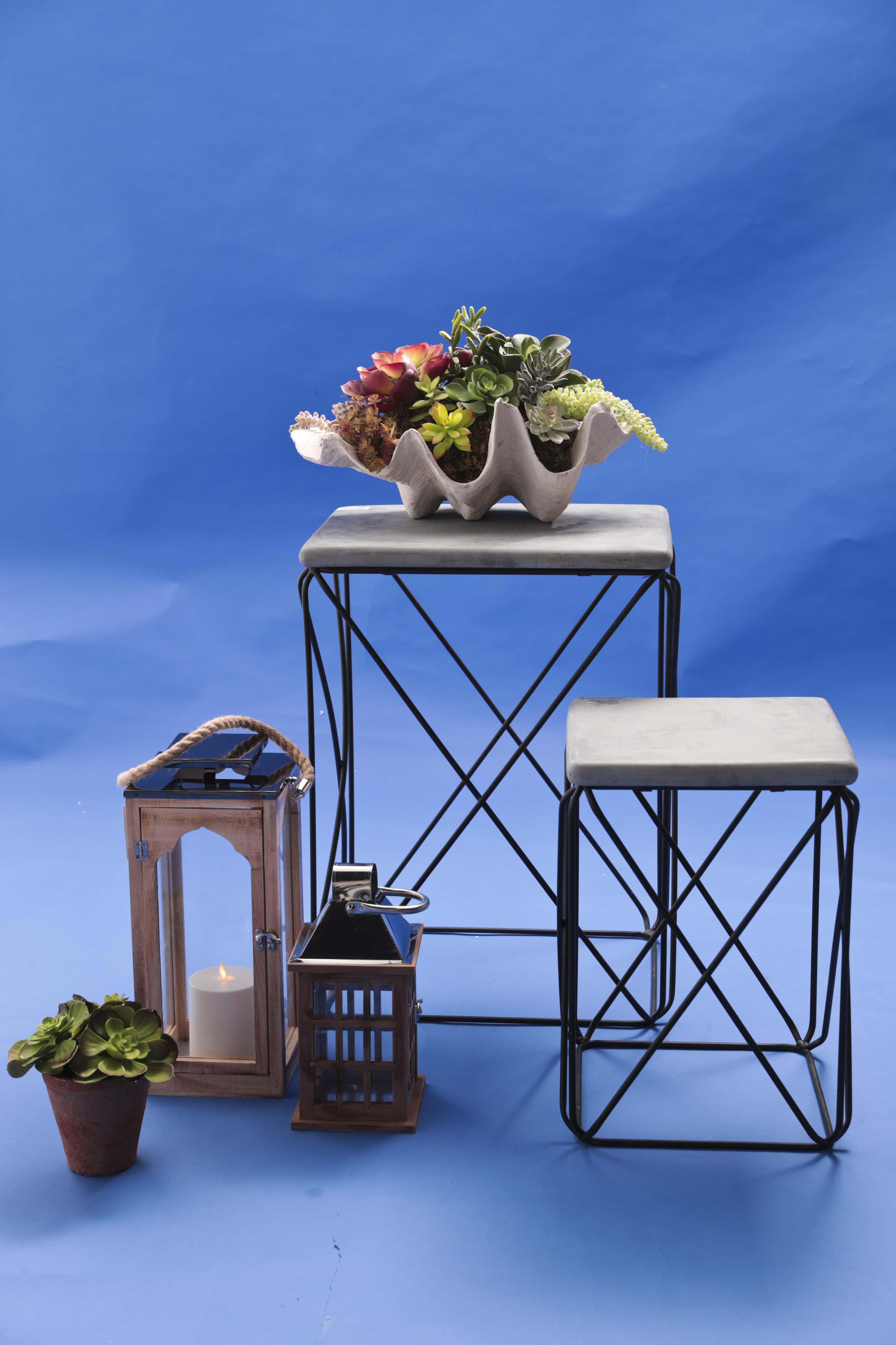 Mesas de metal con tope de cemento de Aliss, almeja en cemento con imitación de variedades de suculentas, de Pottery Barn. Faroles de madera, de Aliss. Imitación de suculenta en tiesto, de Pottery Barn. (Foto Wanda LIz Vega)