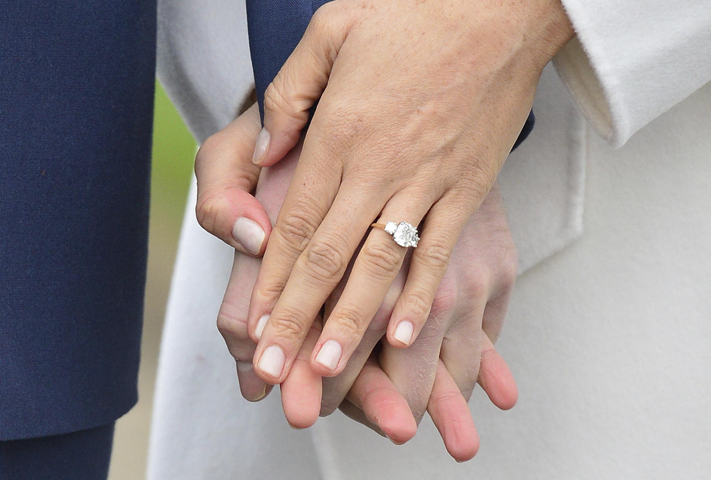 El anillo de compromiso fue diseñado por Harry y contó con dos diamantes que pertenecieron a su madre, la princesa Diana. (Archivo)