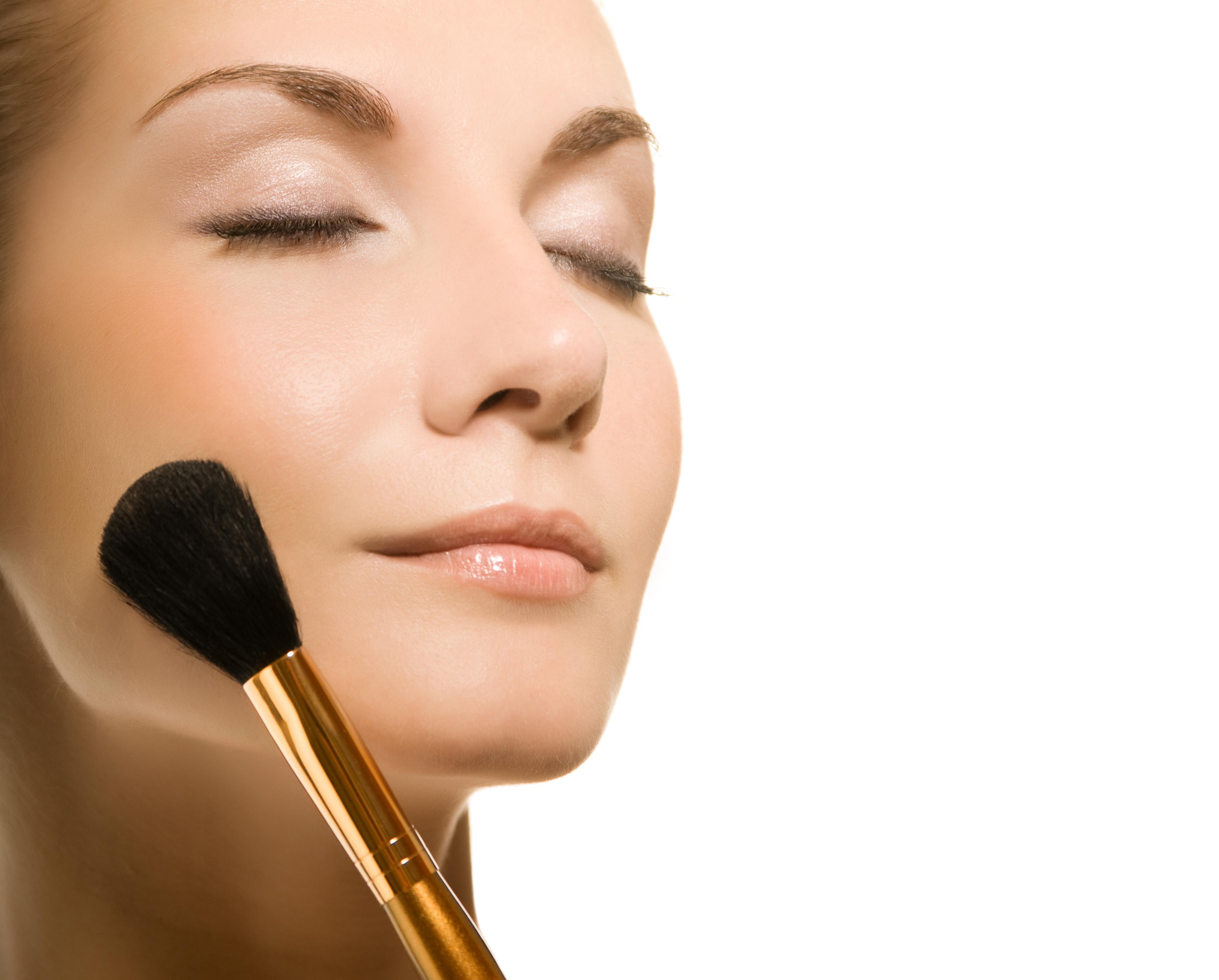 No te maquilles en exceso y opta por un maquillaje más natural y difumina bien los cosméticos que apliques, menciona el maquillista Charlie Vázquez. (Archivo)