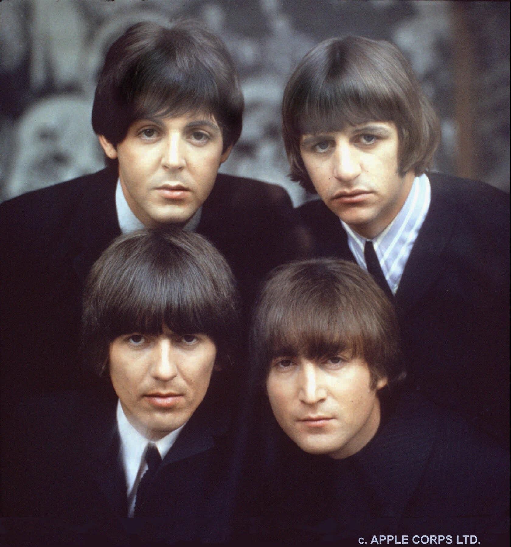 Los trajes de chaqueta con camisa de cuello mao con los que Los Beatles pasaron a la historia a partir de los 1960 fueron una creación de Pierre Cardin. Hasta entonces, el grupo aparecía siempre con chaquetas de cuero y camisetas de algodón que dejaron atrás tras aliarse con Cardin. (AP)