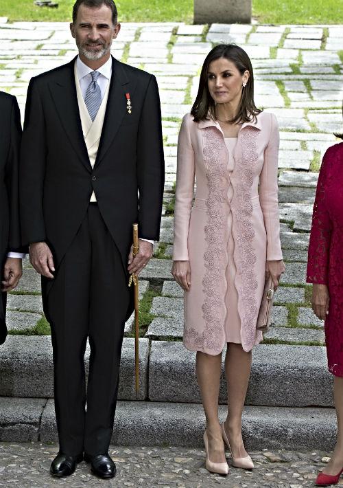 """La """"stylist"""" Claudia Madrid sugiere que un guardarropa básico debe contar con al menos dos pares de """"pumps"""", uno en tono """"nude"""" y otro negro. En la imagen, la reina Letizia junto al rey Juan Carlos de España. (Foto: Archivo)"""