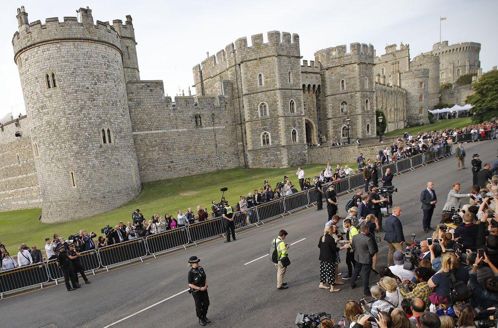 Los predios del Castillo de Windsor, ya inundados de seguidores de la familia real, apostados para ser testigos del evento del año. (AP Photo/Emilio Morenatti)