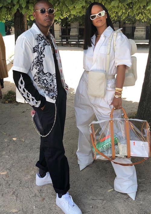 """Rihanna - Complementado su """"look"""" casual y arriesgado, la intérprete de """"Umbrella"""" optó por un modelo de Louis Vuitton que llevó a la par con un bolso grande y transparente, también de la marca francesa. (Foto: Captura Instagram)"""