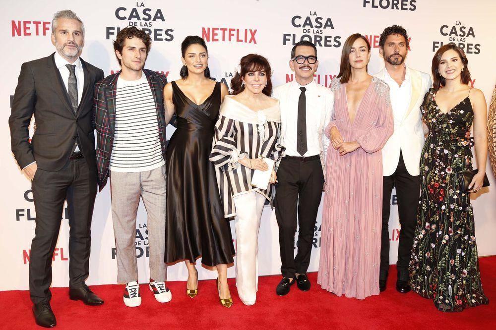 En la imagen, el elenco acompañado del director Manolo Caro (de lentes) durante el estreno del programa. (Foto: El Universal)