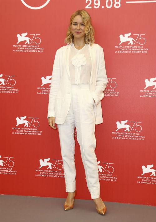 """En una presentación más casual, Watts también encantó a los fashionistas con un conjunto de chaqueta y pantalón """"bone white"""" de Armani Privé. (Foto: AP)"""