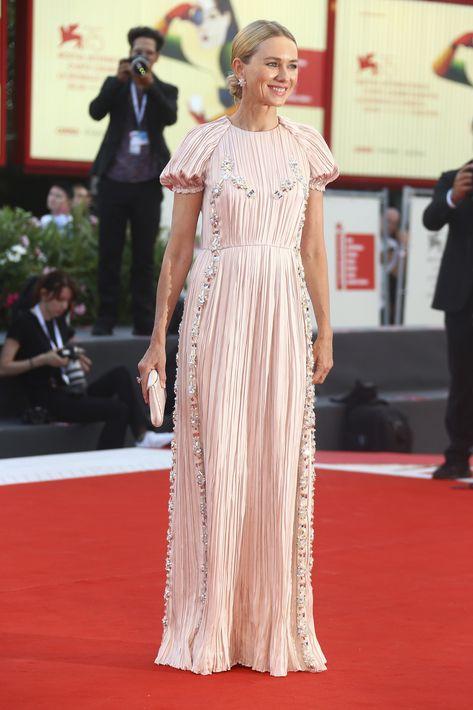 """El vestido rosa claro que usó para la proyección de la película """"Roma"""" fue una creación de la casa de moda Prada. (Foto: AP)"""