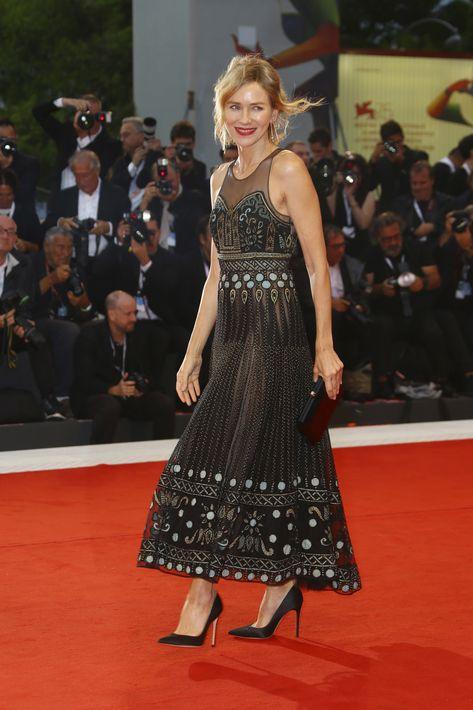 """El sábado asistió al """"screening"""" de la película """"Suspiria"""" luciendo un vestido negro con bordados metálicos, de Christian Dior. (Foto: AP)"""