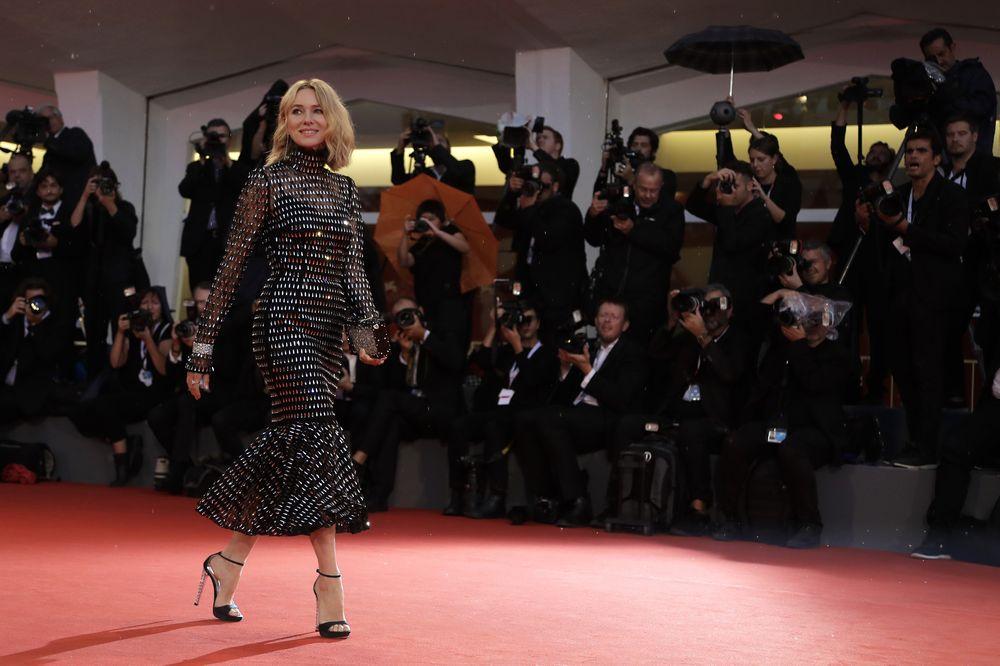 """Al estreno del filme """"At Eternity's Gate"""" asistió con un modelo negro, de mangas largas con transparencia y bordados, de Dolce & Gabbana. (Foto: AP)"""