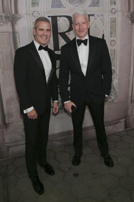 Andy Cohen y Anderson Cooper (AP)