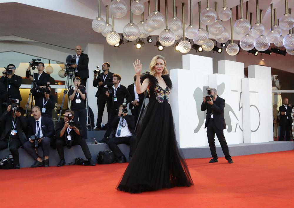 Al cierre de esta edición del festival, Watts llevó un vestido negro con falda en tul y una mariposa bordada en el corpiño, creación de la casa de moda Valentino. (Foto: AP)