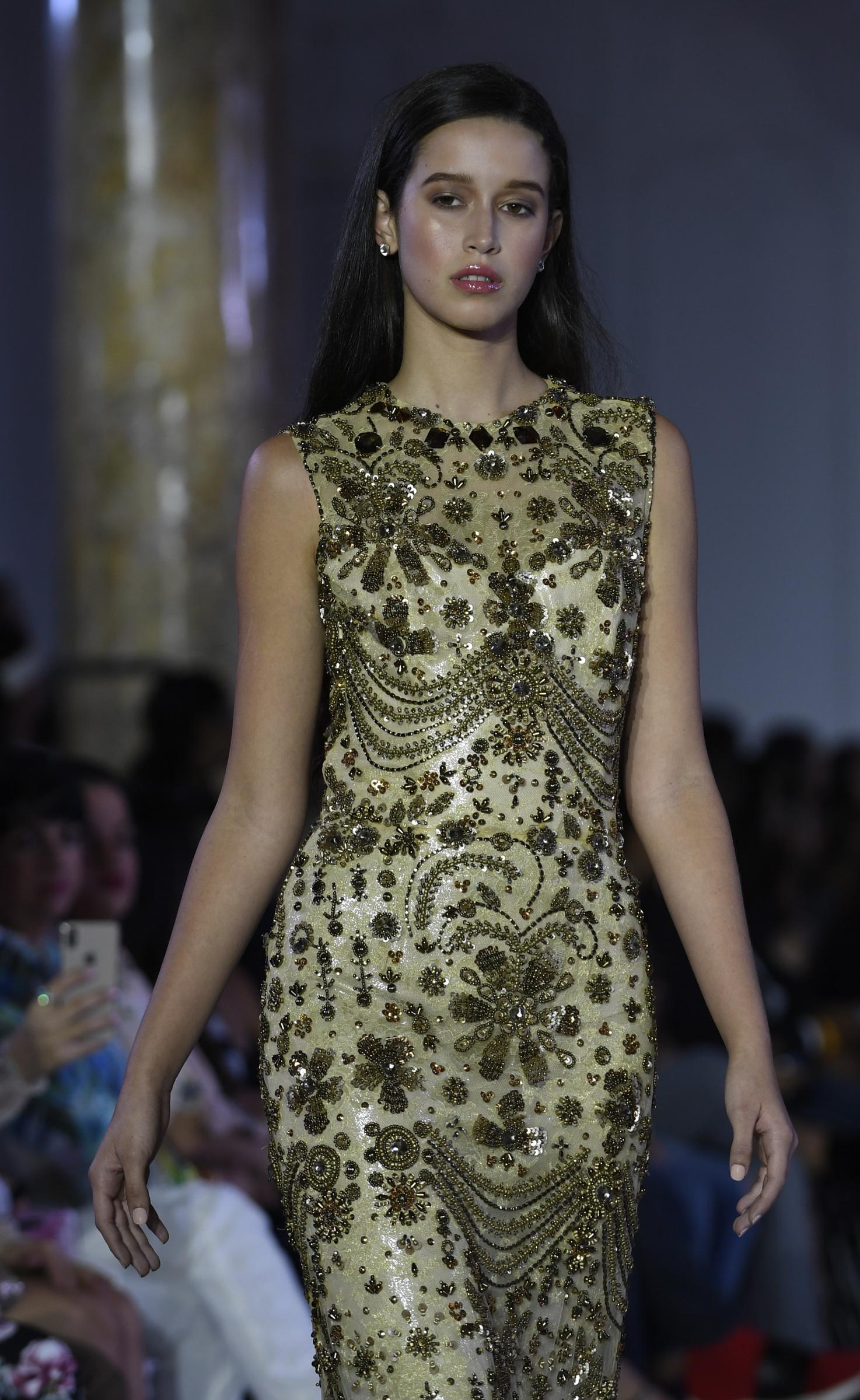 Vestido de gala tipo columna, ricamente bordado. Foto Ángel Luis García