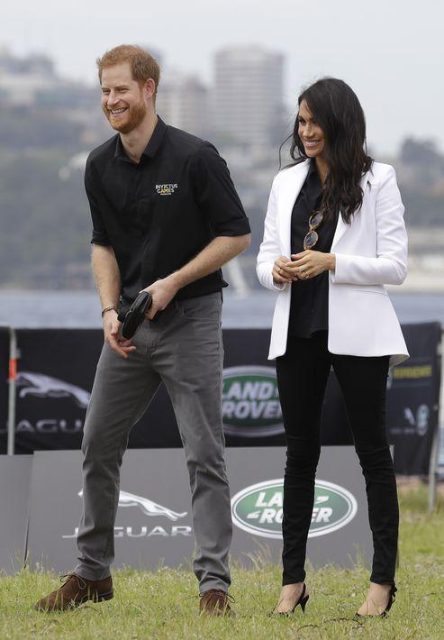 Meghan participó junto al príncipe Harry en el desafío de manejo con autos de control remoto, durante los Juegos Invictus en la Isla Cockatoo en Sydney, Australia. Para la ocasión, ella llevó pantalones ajustados negros con una chaqueta blanca. (AP)