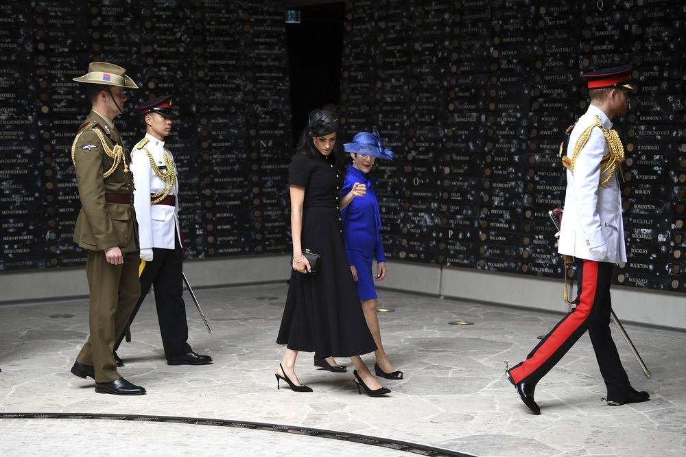 En la apertura de la nueva ala de un memorial de guerra en Australia, la exactriz vistió de negro con falda midi circular. (AP)