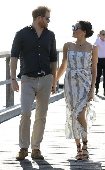 En su paseo por la Bahía de Kingfisher, en Australia, Meghan eligió un vestido largo y casual de la marca estadounidense Reformation. (AP)