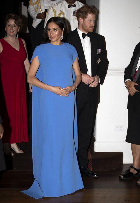 Largo y con capa, así fue el vestido azul que seleccionó Meghan para la cena oficial en Suva, Fiji. (AP)