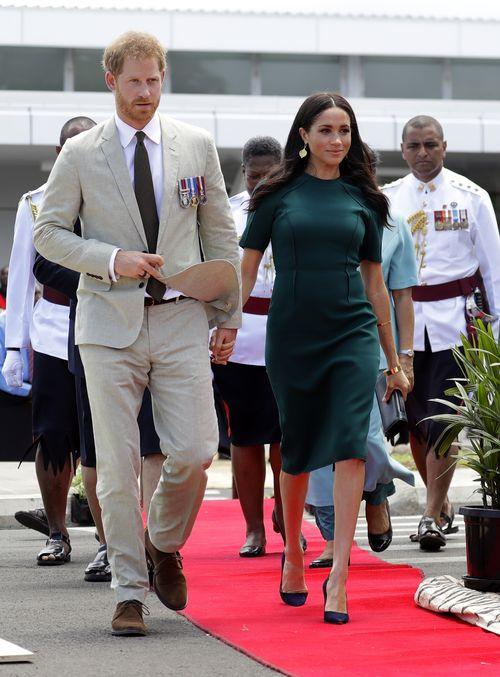 En Nadi, Fiji, optó por un traje sastre verde esmeralda, de Jason Wu. (AP)
