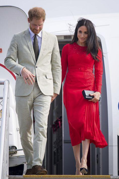A su llegada a Tonga, Meghan desfiló por una alfombra roja con un vestido del mismo color del que colgaba la etiqueta que mostró que se trataba de una prenda de la marca Self Portrait. (AP)