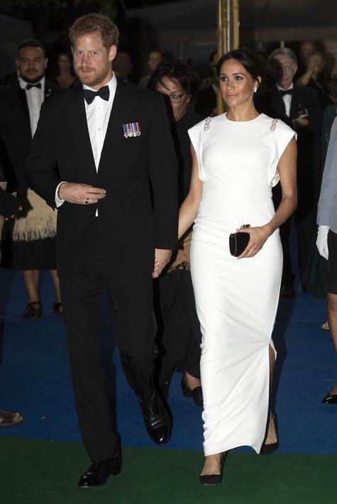 Para la cena de estado a la que asistió junto al príncipe Harry en Nuku'alofa, Tonga, Meghan vistió de blanco con un modelo en crepé del diseñador irlandés Don O'Neill. (AP)