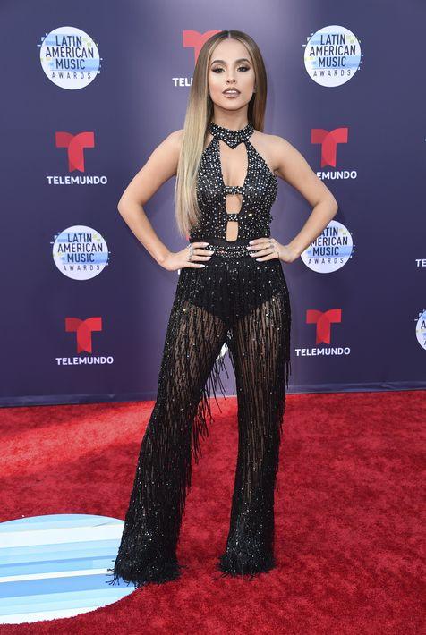 """La cantante Becky G llegó con un """"look"""" muy parecido al de JLO (una de las grandes ausentes de la noche). La joven escogió un """"jumpsuit"""" negro con transparencias """"cut outs"""" y mucha pedrería. (Foto: AP)"""