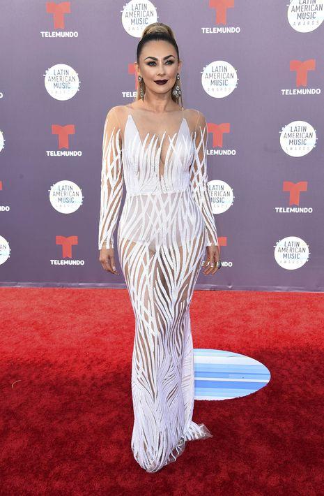 Aracely Arámbula lució un vestido blanco ajustado al cuerpo y con transparencias, que aparentemente no les gustó a muchos que la han criticado a través de las redes sociales. (Foto: AP)