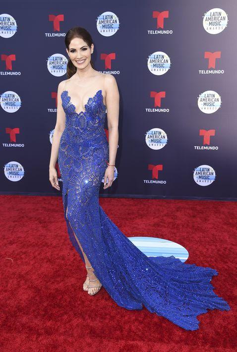 La puertorriqueña Cynthia Olavarría escogió el azul como el color de la noche, el cual lució muy bien en un diseño de Martha Medeiros. (Foto: AP)